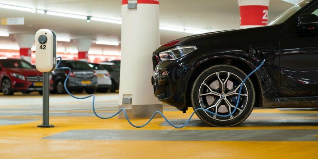 התקנת עמדת טעינה לרכב חשמלי
